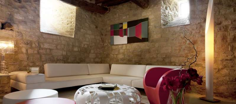living room with exposed beams and sofa in the villa of Perugia